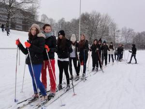 Skifahren auf dem sportplatz
